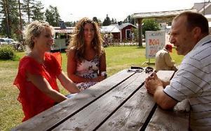 """Anna Busk, Therese Halvarsson och Larsa Busk gillar visfestivalen. """"Jag brukar komma och gå under dagen"""", säger Anna. Foto: Jennie-Lie Kjörnsberg"""