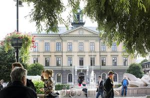 Låt oss slippa ännu en av stadens misslyckade satsningar, som det ständigt tjatas om, skriver signaturen Gävlebo. På bilden  Rådhuset i Gävle.
