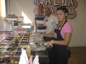 Många kombinationer. Imad Mourads och Nabbe Naders koncept Galna Glassen har gått så bra att man öppnar två nya glassbarer i år. Maria Kehdi mixar efter önskemål.FOTO: BO LUNDKVIST