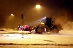 Stora leder och cykelbanor plogas när snötäcket är tre-fem centimeter tjockt. Snön föll och yrde omkring och vid ett-tiden i går natt var snösvängen i full gång i Gävle.