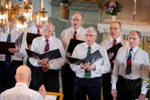 """Glada grabbar i kör. Varenda bänkrad var fylld av människor som ville höra när Glada Grabbar och Frösö PRO-teater bjöd på konsert och spex i Gamla kyrkan i går vid lunch. De glada grabbarna bjöd på allt från """"Gubben är gammal"""" av Bellman till """"Nocturne"""" av Evert Taube. Flera spontana skratt blev det när Sten Eklund stämde upp i sång tillsammans med Kjell Bäckman på dragspel och många ur publiken lockades att sjunga allsång med kören i """"Ett gott råd"""" av Tage Danielsson.  Foto: Ulrika Andersson"""