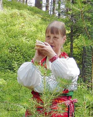 Kerstin Lörström har fyllt 70 år och uppvaktats av kamraterna i Mora Spelmanslag.