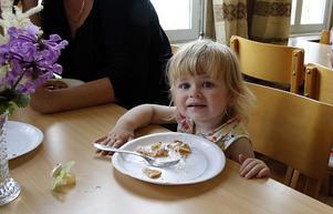Josephine Nilsson äter våfflor på Styrnäsgårdens församlingshem.