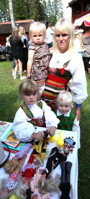 DRÄKTKLÄDDA. Lisette Blom med barnen, Lisa, Stina och Emma Östblom spanade in leksakerna på loppisen under midsommarfirandet på Vretas hembygdsgård i Valbo. Familjen har Rättviksdräkten på sig.