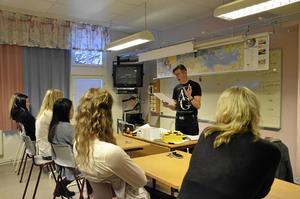 """Föreläsare. Författaren Torgny Karnstedt föreläser på skolor i hela Sverige, för fjärde gången var han i fredags på Karlsängskolan i Nora. """"Jag har talang för det och då ska jag också använda den"""" säger han."""