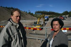 Miljö. Kommunalråden Abbe Ronsten, s, och Lotta Bergstrand, fp, inspekterade förödelsen efter det dumpade lösningsmedlet. Åklagare har inlett en förundersökning av vad som betecknas som ett grovt miljöbrott.