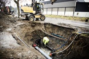 På onsdagsmorgonen arbetade kommunens personal med att laga vattenläckan på Malnvägen.