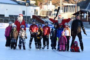 En del av de deltagande barnen tillsammans med tomtarna  Stor-Olle och Julius Kåresson.