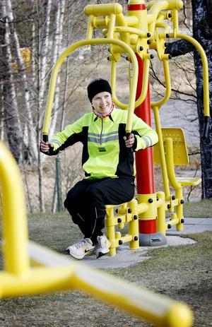 Jenny Persson tar gärna ett motionspass på Backes utegym.