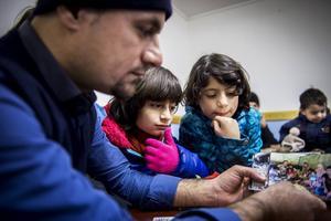 Hamadamin Sadiq visar bilder från deras flykt genom Europa för döttrarna Helyam och Mida.