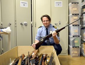 Nicke Gerdin med ett gevär tillverkat tidigt 1900-tal.