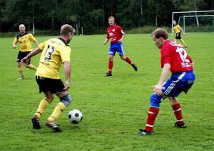 Veteraner på planen. Grönbos Mikael Pekkala i gult kämpar om bollen med Frövis Mattias Aldén i veteranmatchen.