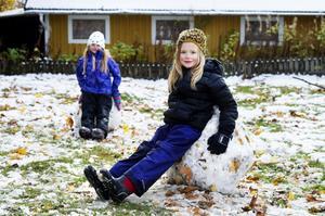 Freja Sellgren och Mira Hedin, 7 år, har byggt bekväma snöstolar med armstöd tillsammans med några kompisar på Järvedskolan.