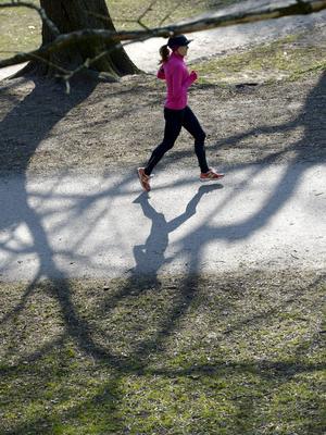 Hur mycket dämpning man behöver och vill ha är väldigt individuellt, men många tycker att lättviktsskor ger en mer naturlig känsla till löpningen.   Foto: Janerik Henriksson/TT