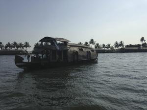 Födelsedagsfirande. På Mariannes födelsedag, passade paret på att hyra en flodbåt. Med båten ingick en skeppare och en privat kcck.