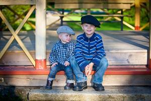 Är de inte söta som i gamla tider Zamuel 15 mån, Zimon 5 år. Sitter i Herrgården i Surahammar njuter i solen.