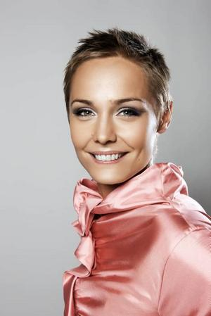 Leker med ord. Carina Berg leder TV 4:s nya ordvrängande lekprogram.