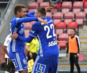 Noah Sonko Sundberg klappas om av Smajl Suljevic efter mål mot Örebro SK. Foto: TT