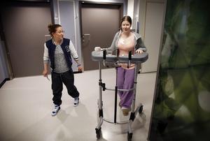 På benen igen. Åsa Stackenholt, donator, och Rebecca Klasson, mottagare, tar en av sina första gemensamma promenader efter transplantationen.