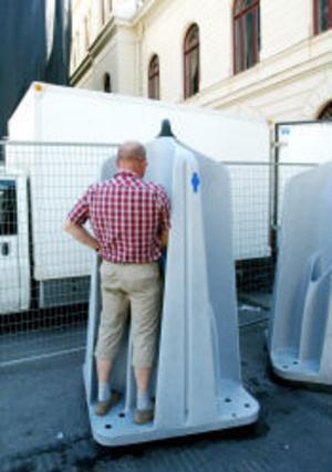 Många män passar på att lätta på trycket i de öppna urinoarerna.