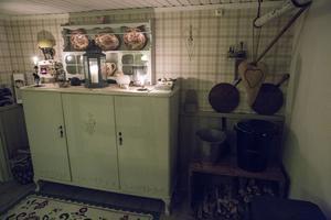 Matrummet. Maria inreder med gamla hinkar, lådor och andra bruksföremål som hon  hittat ute i ladorna.