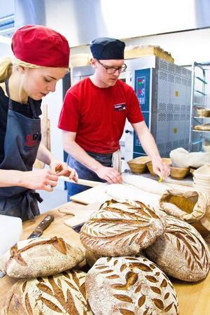 I bageriet stod bagaren Emmie Berg och Magnus Lanner, branschansvarig för bageri på Eldrimner och bakade bröd på vetemjöl på Norderön.