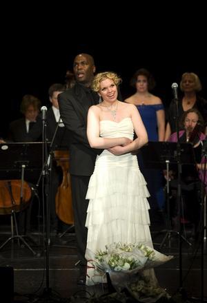 Donald Perry och Stephanie Lippert sjöng duett i musik ur Glada Änkan och ur Porgy and Bess.Foto: Bo Åhs