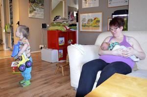 Barnen lekte som vanligt när deras lillebror kom till världen, berättar Terese Eidenmark.