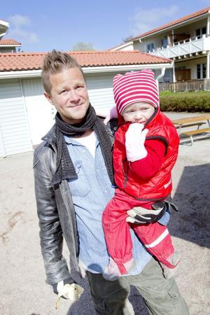 """VILL VARA NÄRVARANDE. Tvåbarnspappan Per Rolfsson är föräldraledig med Juni Hildemar. """"På lekplatsen använder jag inte telefonen, den tiden vill jag ägna åt barnen.Foto: Jenny Lundberg"""