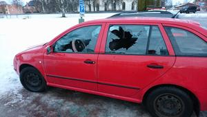 En av bilarna som fick rutorna krossade.