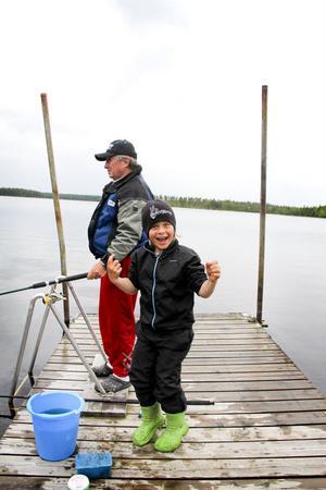 Miklos Soos och dottersonen Liam fiskar tillsammans i Losesjön varje sommar.
