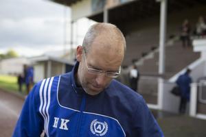 Tränaren Henric Karlsson hade lätt att hålla sig för skratt efter att det stått klart att hans lag degraderas till division 4.