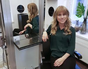 Licensen ska sitta på frisörens spegel. Synligt för kunden för att bevisa att frisören har utbildning och kunskap i yrket. Elisabeth Nilsson arbetar som frisör i Sollefteå och tycker det är bra med en licens.