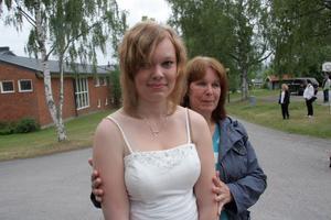 Nina Backman får hjälp med att hålla värmen av mamma Birgitta.