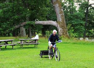 Inger Henriksson är en av arrangörerna av slöjdlägret, här kommer hon cyklande med barnens mellanmål.