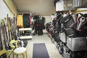 Under läktaren finns det förråd som används för hockeyutrustning, men det finns ingen torkutrustning inmonterad. Vilket gör att kläder och skydd inte hinner torka mellan träningarna.