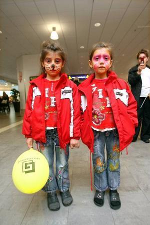 Modelejon. Lamiye Receboua, 6 år, och systern Laman Receboua, 7 år, fick varsin moderiktig ansiktsmålning.