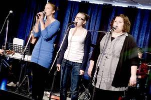 Estettvåorna Julia Stålberg, Maja Larsdotter och Erika Jansson sjöng ABBA:s Super Trouper när Radio Gävleborg sände live från Hammargymnasiet i går. Men ska man delta i tävlingen är covers inte tillåtna.