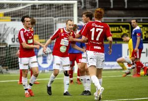 Patrik Lindgren gratuleras efter ett mål i fjol. I årets premiär för IFK Östersund i herrtrean blev det två nya måljubel för Lindgren.
