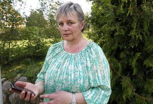 FICK MELLAN 50 OCH 100 SAMTAL. En gammal och sjuk person försökte larma kommunen, men trygghetslarmet var kopplat till Aina Engmans mobiltelefon.