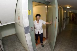 """STÄDAR OFTA. Från ytterdörren och fram till hissen låg det människoavföring i början av juli. Britt Nyberg hjälpte till att städa bort det och under veckan har hon även försökt skura bort kiss. """"Vi är så trötta på det här"""" säger hon."""