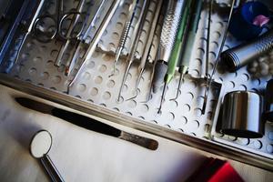 Av 14 tandläkare som kommit till Dalarna har två hitills kunnat börja fullt ut – de andra vänta på sina legitimationer.