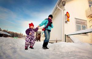 Wietske ten Berge och dottern Aurélie på promenad på skolgården i 20-gradig kyla.