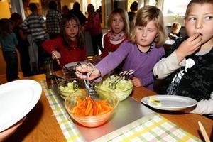 Furulundskolan försöker lyfta fram grönsakerna i matsalen så att eleverna lär sig att laga nyttigt. Foto: Håkan Degselius