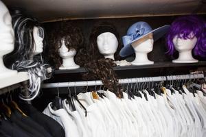 Den som inte nöjer sig med kläder, utan också vill ha en peruk eller hatt kan hitta kul grejer hos Milla. Under hänger frackar, smokingar och tillhörande skjortor som också finns för uthyrning.