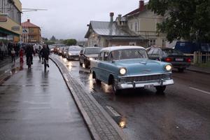 Cruising längs Ljusdals gator juni 2009. Det blev en blöt föreställning. Men bilarna, dess förare och publiken trotsade försommarregnet. Är det cruising så är det...