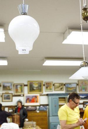 Taklampor med den här designen är ett exempel på föremål som brukar gå till höga priser på auktioner nuförtiden.