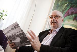 Ulf Ivar Nilsson har fått ta hand om vinsterna för försäljningen av åtminstone två av sina böcker.  Dessutom har han fått arvode av kommunen för att skriva böckerna.