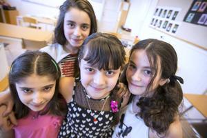 Lilan Othman omgiven av sina bästa vänner. Från vänster i bild Hevi Hami 9 år, Amal Khalouf 11 år och till höger i bild Tala Khalouf 10 år.