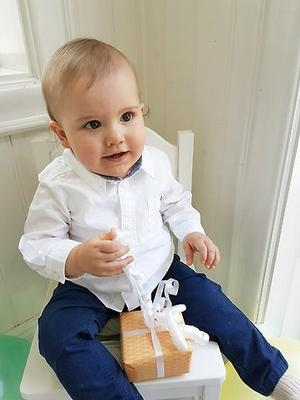 En bild som Prins Carl-Philip har tagit själv på sin son när han är i full gång med att öppna paket.